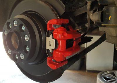 Dieses Bild ist zur Veranschaulichung eines von der Hobby- und Mietwerkstatt Delong aus Düren-Lendersdorf pulverbeschichteten Bremssattel an eine BMW