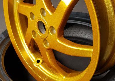 Dieses Bild dient zur Veranschaulichung unserer Leistung der Pulverbeschichtung von Felgen in der Farbe gold